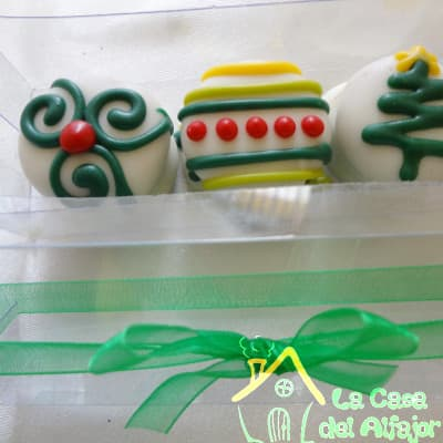 Diloconrosas.com - Pack Navidad 04 - Codigo:AFN04 - Detalles: Deliciosos alfajores grandes de 7cm c/u rellenos con exquisito manjar blanco, la decoracion es en exquisita masa elastica, cada uno viene en elegante elvoltura de aluminio y la presentacion es en caja de regalo. Cantidad: 3 unidades - - Para mayores informes llamenos al Telf: 225-5120 o 476-0753.