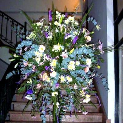 Arreglo Corporativo 04 - Codigo:AGP04 - Detalles: Imponente arreglo compuesto por flores y follaje de estaci�n. Mide 2.3m de alto y debe ordenarse con 24 horas de anticipaci�n. - - Para mayores informes llamenos al Telf: 225-5120 o 4760-753.