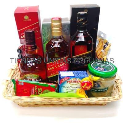 Deliregalos.com - Canasta A�o Nuevo 5 - Codigo:ANN05 - Detalles: Canasta de mimbre, incluyendo: Tarjeta de dedicatoria, mo�o de regalo, sella para transporte. Contiene:  - 1 Whisky Black label - 1 Whisky Chivas regal - 1 Cabanossi - Aceitunas El Olivar - Alcachofas marinadas Don Alfonso. - 1 Whisky Red Label - 1 Select camenbert - Queso Brie Especial   - - Para mayores informes llamenos al Telf: 225-5120 o 476-0753.