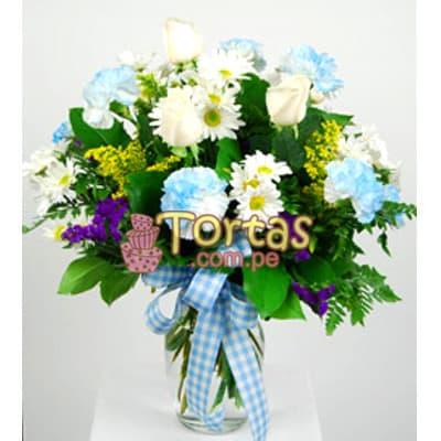 I-quiero.com - Florero Baby Boy 02 - Codigo:BBD02 - Detalles: Lindo Arreglo floral en florero de vidrio con flores segun imagen. El presente incluye tarjeta de dedicatoria.  - - Para mayores informes llamenos al Telf: 225-5120 o 476-0753.