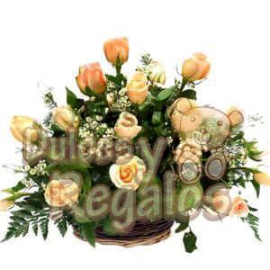 Arreglo baby - Codigo:BBS04 - Detalles: Hermoso arreglo compuesto por 17 rosas melones, aconpañado por astromelias, gracenia, plantas y follaje de estación todo esto en una base de mimbre. - - Para mayores informes llamenos al Telf: 225-5120 o 4760-753.