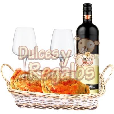 Celebrando el Día! - Codigo:BBS33 - Detalles: Botella de Elegante Vino blanco especial Tacama de 750cc, Dos deliciosas empanadas Gourmet, Incluye 2 copas de vidrio para Vino. El presente viene en una cesta de mimbre.  - - Para mayores informes llamenos al Telf: 225-5120 o 4760-753.