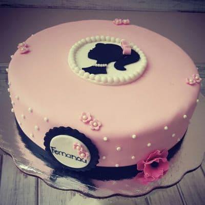 Torta Barbie 06 - Codigo:BRE06 - Detalles: Deliciosa torta de keke ingles rellena con fruta confitadas y pasa, bañada con manjar blanco y forrada con masa elastica con medidas de 25 cm de diametro, con accesorios en masa elastica  - - Para mayores informes llamenos al Telf: 225-5120 o 4760-753.