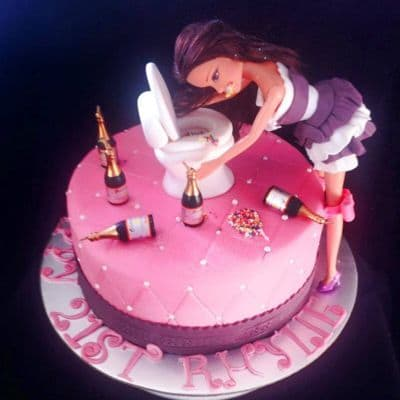 Torta Barbie 11 - Codigo:BRE11 - Detalles: Deliciosa torta de keke ingles rellena con fruta confitadas y pasa, bañada con manjar blanco y forrada con masa elastica con medidas  de 15cm de diametro, incluye barbie referencial, baño modelado no comestible, botellas modeladas con masa elastica - - Para mayores informes llamenos al Telf: 225-5120 o 4760-753.