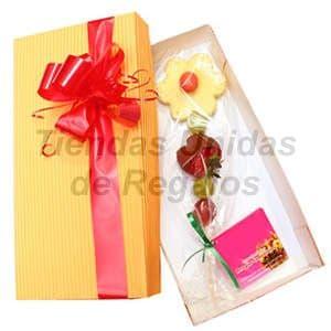 Deliregalos.com - Caja de chocolates 04 - Codigo:CHJ04 - Detalles: Linda flor compuesto por frutas y chocolate, la flor en una linda cajita de regalo, incluye tarjeta de dedicatoria. - - Para mayores informes llamenos al Telf: 225-5120 o 476-0753.
