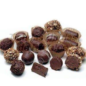 Deliregalos.com - Caja de chocolates 06 - Codigo:CHJ06 - Detalles: 24 Deliciosos bombones de chocolate bitter y de chocolate blanco, todo en una linda caja de regalo, incluye tarjeta de dedicatoria. - - Para mayores informes llamenos al Telf: 225-5120 o 476-0753.