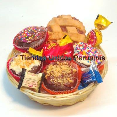 Deliregalos.com - Diversi�n de chocolate - Codigo:CHJ09 - Detalles: El presente consta de: cuatro deliciosos muffins vainilla cubiertos con chocolate b�ter, un postre de chocolate, 5 bombones de chocolate. Dicho presente viene en una cesta de mimbre e incluye una tarjeta de dedicatoria.                                       - - Para mayores informes llamenos al Telf: 225-5120 o 476-0753.