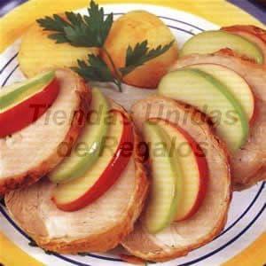 Enrollado de Cerdo Gourmet x 10 - Codigo:CMD03 - Detalles: Delicioso enrollado glaseado relleno de jamón y queso, el presente viene envuelto en papel platino y la cena incluye una abundante porción de papas al horno.    - - Para mayores informes llamenos al Telf: 225-5120 o 4760-753.