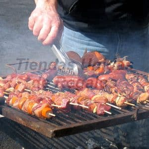 Parillada Gourmet x 4 - Codigo:CMD10 - Detalles: Carne de Res a la parilla, 4 brochetas de pollo 4, 4 chorizos gourmet, 6 alitas de pollo, 6 papas doradas, ensalada de col y zanahoria, salsa especial parrillera. 1 Pechuga de pollo a la perilla. El presente viene en una fuente de acrílico cristal, 4 cubiertos, servilletas y tarjeta de dedicatoria.   - - Para mayores informes llamenos al Telf: 225-5120 o 4760-753.