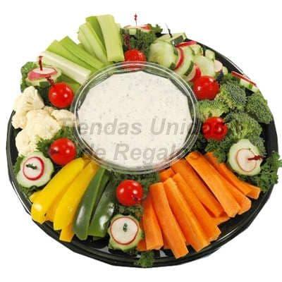 Diloconrosas.com - Ensalada Cocida x 3 - Codigo:CMD11 - Detalles: Deliciosa ensalada cocida a base de zanahoria, brocoli, bainitas, alberjitas, pimientos y otros vegatales. la ensalda incluye salsa especial para acompa�arla y viene en una elegante fuente de especial transparente ideal para 3 personas. - - Para mayores informes llamenos al Telf: 225-5120 o 476-0753.