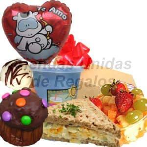 Desayuno Amor 02 - Codigo:DAM02 - Detalles: Desayuno compuesto por: cajita de regalo, jugo de frutas, ensalada de frutas, s�ndwich pollo con durazno, bomb�n,tartaleta de frutas, moffin ba�ado de chocolate y adornado con grageas multicolor, globo met�lico te amo,tarjeta de dedicatoria.  - - Para mayores informes llamenos al Telf: 225-5120 o 4760-753.
