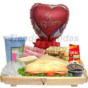 Desayuno Amoroso 08 - Codigo:DAM08 - Detalles: Bandeja de madera conteniendo, jugo de frutas, 3 lonjas de jamón, sándwich de lomito ahumado, tartaleta de suspiro, tostaditas gourmet, porción de mermelada, y mantequilla, postre de chocolate, globo metálico de 20cm con mensaje Te Quiero, el regalo incluye tarjeta de dedicatoria, servilleta y cubiertos. El color y modelo del globo es referencial - - Para mayores informes llamenos al Telf: 225-5120 o 4760-753.
