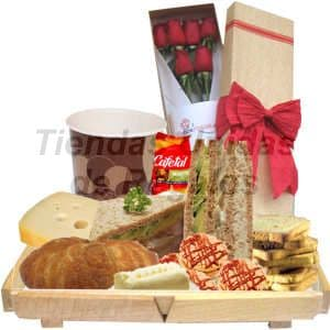 Desayuno Amoroso 9 - Codigo:DAM09 - Detalles: Bandeja de madera conteniendo, jugo de frutas, 3 lonjas de queso gourmet, pan Sandwich mixto, mermelada, mantequilla, 2 tostadas, galletas chocochips, sándwich triple de pollo, huevo y jamón. Caja de 6 rosas importadas de 66cm de largo, el regalo incluye tarjeta de dedicatoria, servilleta y cubiertos.  - - Para mayores informes llamenos al Telf: 225-5120 o 4760-753.