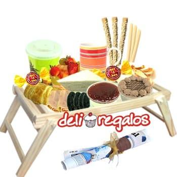Cerquita a ti - Codigo:DEL13 - Detalles: •Bandeja de Madera  • Bolsita con 3 palitos de ajonjolí, 3 palitos de queso, 10 tostaditas • Jarro de cerámica. • Sachet de Café, té, anís y manzanilla. • 2 Sachets de azúcar. • Jugo de Naranja. • Ensalada de frutas. • Mermelada de piña • Mermelada de Saúco 2 bombones • Sándwich 3 jamones en Pan Bimbo Especial• 4 morcillas gourmet • 4 chorizos gourmet • Sándwich Triple de pollo, jamón y huevo • Postre tres leches de chocolate • Postre Tartaleta de frutas • Juego de cubiertos de acrílico • Individual decorativo y servilleta • Tarjeta de dedicatoria. • Diario Perú 21   - - Para mayores informes llamenos al Telf: 225-5120 o 4760-753.