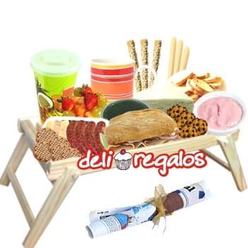 De mil amores - Codigo:DEL14 - Detalles: • Bandeja de Pino con patitas • Bolsita con 3 palitos de ajonjolí, 3 palitos de queso, 10 tostaditas • Jarro de cerámica. • Jugo de Naranja. • Sachet de Café, té, anís y manzanilla. • 2 Sach• Diario Perú 21ets de azúcar. • 2 Sachets de azúcar. • Ensalada de frutas. • Yogurt de Fresa • Mermelada de Fresa. • Mermelada de Sauco• Mantequilla. • Pote con Queso Crema • 4 lonjas de queso Edam • 4 chorizos gourmet • 1 cabanossi • Sándwich 3 jamones • Sándwich Triple de pollo, jamón y huevo • Pote de aceitunas verdes  • 4 Galletas de choco chips • Juego de cubiertos de acrílico • Individual decorativo • Tarjeta de dedicatoria. • Diario Perú 21 - - Para mayores informes llamenos al Telf: 225-5120 o 4760-753.