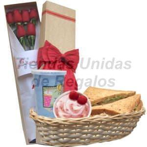 Lafrutita.com - Desayuno Gourmet 4 - Codigo:DJK04 - Detalles: Cesta de mimbre conteniendo, jugo de frutas, s�ndwich caprese con aceite de oliva, porci�n de yogurt, caja ecol�gica conteniendo 6 rosas importadas de 66cm de largo, el regalo incluye tarjeta de dedicatoria, cubiertos y servilleta. - - Para mayores informes llamenos al Telf: 225-5120 o 476-0753.