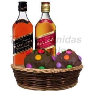 Lafrutita.com - Cesta Gourmet 06 - Codigo:DJK06 - Detalles: Exquisita combinaci�n de whisky Jhonny Walker de 750cc, etiquetas black label y red label, el regalo viene finamente presentado en una cesta de mimbre e incluye dos moffin gourmet con cobertura de chocolate y finamente decorados  con grageas multicolores. - - Para mayores informes llamenos al Telf: 225-5120 o 476-0753.