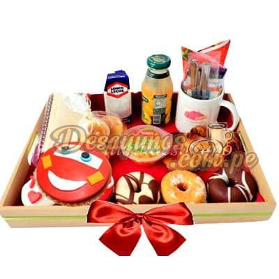 Lafrutita.com - Desayuno Cars Rayo - Codigo:DNN23 - Detalles: Caja de regalo conteniendo, deliciosa cajita de zumo de frutas, cajita de leche chocolatada, ensalada de frutas, delicioso sandwich mixto, postre de tres leches, cupcake de vainilla con decoracion 100% comestible de Cars con Rayo, incluye cubiertos e individual decorativo. - - Para mayores informes llamenos al Telf: 225-5120 o 476-0753.