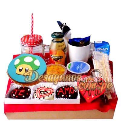Lafrutita.com - Desayuno 1 Up - MArio Bros - Codigo:DNN27 - Detalles: Caja de regalo conteniendo, deliciosa cajita de zumo de frutas, cajita de leche chocolatada, ensalada de frutas, delicioso sandwich mixto, postre de tres leches, cupcake de vainilla con decoracion 100% comestible de Honguito 1 UP, incluye 3 deliciosos alfajores con sise�os  de corazon y mensaje TE AMO.incluye cubiertos e individual decorativo. - - Para mayores informes llamenos al Telf: 225-5120 o 476-0753.