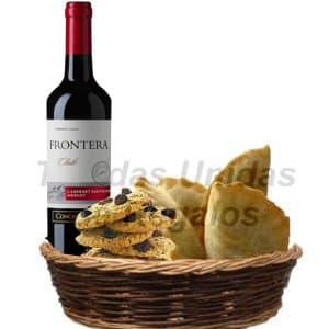 Diloconrosas.com - Cesta gourmet que incluye: Vino Chileno Especial RESERVA Santa Carolina, 8 alfajores especiales gourmet, 2 empanadas gourmet. - Atendemos 24 horas. Llamar al 225-5120 o via Whatsapp: 980-660044