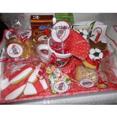 Lafrutita.com - Desayuno deportivo 04 - Codigo:DPT04 - Detalles: Delicioso desayuno con  taza personalizada con infusiones, frgos, chocolatada, 1 pan con lomito, 3 muffins decorados con masa elastica ,  2 azucar,5  caramelitos diversos, 4 alfajorcitos,  2 tostadas,  mantequilla y mermelada, 4 galletas decoradas con masa elastica, cubiertos, bandeja con patitas, dise�o del equipo de su preferencia. Pedido con 72 horas de anticipacion - - Para mayores informes llamenos al Telf: 225-5120 o 476-0753.