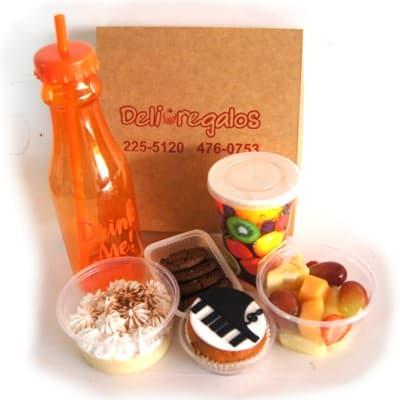 I-quiero.com - Desayuno Pianista - Codigo:DSP29 - Detalles: Linda caja de regalo conteniendo: jugo de frutas, ensalada de frutas, galletas de chispa de chocolate, postre especial de tres leches, cupcake de piano con dise�o en azucar 100% comestible. - - Para mayores informes llamenos al Telf: 225-5120 o 476-0753.