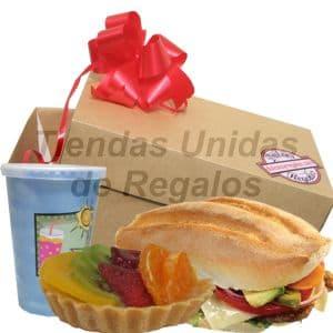 Desayuno Vegetariano 2 - Codigo:DVV02 - Detalles: Cajita de regalo con mo�o de cinta de agua conteniendo, jugo de frutas, postre de tartaleta de fresa, s�ndwich especial a base de lechuga, queso y tomate. El regalo incluye cubiertos, servilleta y tarjeta de dedicatoria. - - Para mayores informes llamenos al Telf: 225-5120 o 4760-753.