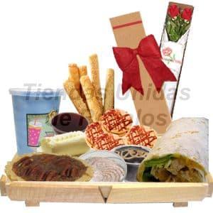 Tortas.com.pe - Desayuno Vegetariano 5 - Codigo:DVV05 - Detalles: Bandeja de madera con patitas conteniendo por :jugo de frutas, mermelada de fresa, mantequilla, palitos de ajonjol�, galletas chocochip, postre tartaleta de manzana, tartaleta de lim�n, postre brownie, enrollado especial a base de champi�ones, queso y verduras. El regalo incluye cubiertos, servilleta y tarjeta de dedicatoria. Caja ecol�gica conteniendo 2 Rosas importadas de 66cm de altura - - Para mayores informes llamenos al Telf: 225-5120 o 476-0753.