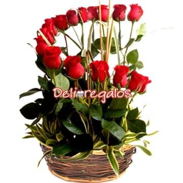 Media luna de Rosas - Codigo:ARL03 - Detalles: Espectacular arreglo floral compuesto por 16 rosas rojas en forma de media luna, junto a follaje de estaci�n y canasta de mimbre .  - - Para mayores informes llamenos al Telf: 225-5120 o 4760-753.