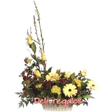 Diloconrosas.com - Arreglo Radiante - Codigo:AGF06 - Detalles: Arreglo Floral en tonos dorados, compuesto por 5 rosas amarillas, gerberas, iris, boton de oro y follaje de estacion, todo en una cesta de mimbre.  - - Para mayores informes llamenos al Telf: 225-5120 o 476-0753.