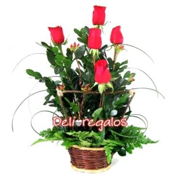 Diloconrosas.com - Jardin de Rosas - Codigo:ARL09 - Detalles: Detalle compuesto de 5 rosas rojas, follaje de estaci�n y cesta de mimbre. Las rosas est�n dentro de un rustico cerco de madera.  - - Para mayores informes llamenos al Telf: 225-5120 o 476-0753.