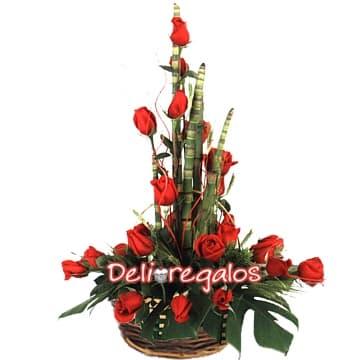 Deliregalos.com - Especial de Rosas - Codigo:ARL11 - Detalles: Arreglo Floral compuesto por una cesta de mimbre conteniendo: 18 rosas importadas, hojas y follaje de estaci�n.   - - Para mayores informes llamenos al Telf: 225-5120 o 476-0753.
