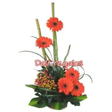 Diloconrosas.com - Amor en Gerberas - Codigo:AGF15 - Detalles: Radiante arreglo compuesto por 5 girasoles en calidos tonos, flores y follaje de estacionm, todo en una base de cesta de mimbre.  - - Para mayores informes llamenos al Telf: 225-5120 o 476-0753.