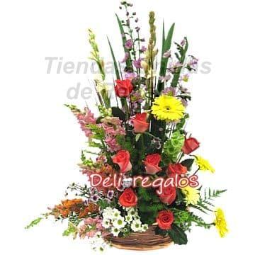 Diloconrosas.com - Dulce Felicidad - Codigo:AGF21 - Detalles: Composicion Floral en base de cesta de mimbre:  8 rosas rojas importadas, gerberas, margaritas, flores y follaje de estacion.  - - Para mayores informes llamenos al Telf: 225-5120 o 476-0753.