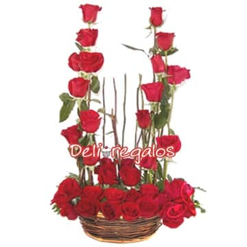 Deliregalos.com - Union de Rosas - Codigo:ARL24 - Detalles: Arreglo formado por base de mimbre, 18 rosas en forma de U, astromelias en tonos rojos y follaje de estacion.  - - Para mayores informes llamenos al Telf: 225-5120 o 476-0753.