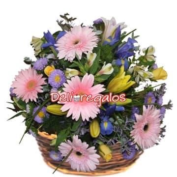 Diloconrosas.com - Enamoradorate - Codigo:AGF26 - Detalles: Arreglo floral en base a 6 gerberas, iris, astromelitas, flores y follaje de estacion en base de mimbre.  - - Para mayores informes llamenos al Telf: 225-5120 o 476-0753.