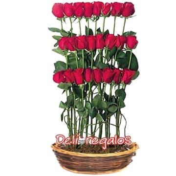 Escalera de Rosas - Codigo:ARL27 - Detalles: Impresionante Arreglo Floral compuesto por 24 rosas importadas distribuidas en 3 niveles, base de mimbre y follaje de estaci�n.  - - Para mayores informes llamenos al Telf: 225-5120 o 4760-753.