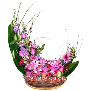 Diloconrosas.com - Media Luna de Flores - Codigo:AGF29 - Detalles: Arreglo floral a base de Hojas, Flores y follaje de estacion en tonos rosados, rojos y violetas, contiene azucenas, margaritas, iris y astromelias   - - Para mayores informes llamenos al Telf: 225-5120 o 476-0753.