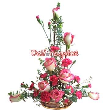 Diloconrosas.com - Siempre presente - Codigo:ARL30 - Detalles: Arreglo floral compuesto de una cesta de mimbre, 7 rosas en tonos rosados, astromelias, claveles, flores y follaje de estaci�n.   - - Para mayores informes llamenos al Telf: 225-5120 o 476-0753.
