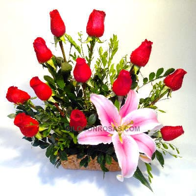 Deliregalos.com - Docena de Rosas y Lilium - Codigo:ARL37 - Detalles: Arreglo floral compuesto por doce rosas importadas y lilium importado perfumado, hojas, follaje y flores de estaci�n, en canasta de mimbre.  - - Para mayores informes llamenos al Telf: 225-5120 o 476-0753.