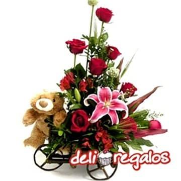 Carreta de Rosas - Codigo:ARL40 - Detalles: Elegante arreglo en rustica carreta de madera compuesta de 10 rosas importadas, lilium perfumado , lindo peluche , flores y follaje de estacion. El color y modelo del peluche es referencial. - - Para mayores informes llamenos al Telf: 225-5120 o 4760-753.