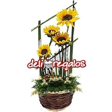 Deliregalos.com - 10 rosas y osito Tommy - Codigo:AGE42 - Detalles: 10 rosas rojas importadas, osito Tommy de 21cm ,base de mimbre y follaje de estacion.  - - Para mayores informes llamenos al Telf: 225-5120 o 476-0753.
