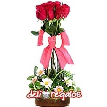 Diloconrosas.com - Topiario de Rosas - Codigo:ARL43 - Detalles: Elegante Topiario de 6 rosas importadas, follaje de estaci�n y una linda base de cer�mica. - - Para mayores informes llamenos al Telf: 225-5120 o 476-0753.