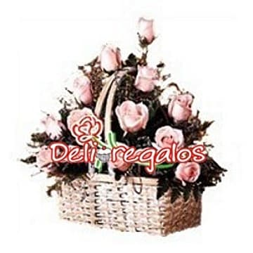 Deliregalos.com - Canasta para ella - Codigo:ARL47 - Detalles: Linda cesta de mimbre conteniendo 12 rosas en tonos rosados, flores y follaje de estaci�n.  - - Para mayores informes llamenos al Telf: 225-5120 o 476-0753.