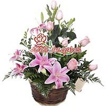 Diloconrosas.com - Rosas Rosadas y Liliums - Codigo:ARL48 - Detalles: Composici�n Floral a base de 10 rosas rosadas, y 4 liliums, flores y follaje de estaci�n, en base de mimbre.     - - Para mayores informes llamenos al Telf: 225-5120 o 476-0753.