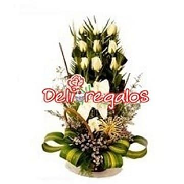 Deliregalos.com - Especial de 9 Rosas Blancas - Codigo:ARL49 - Detalles: Detalle especial compuesto de 9 rosas blancas, flores y follaje de estaci�n en cesta de mimbre. - - Para mayores informes llamenos al Telf: 225-5120 o 476-0753.