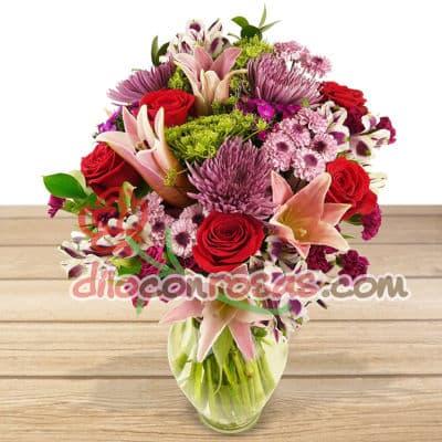 Diloconrosas.com - Florero de Vidrio conteniendo Media docena de rosas importadas, 6 liliums radiantes, flores y follaje de estacion. El presente incluye una tarjeta de dedicatoria. - Atendemos 24 horas. Llamar al 225-5120 o via Whatsapp: 980-660044