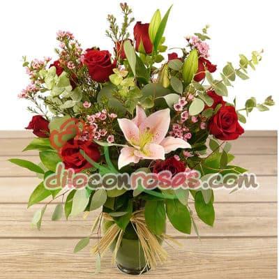 Diloconrosas.com - Espectacular Florero de vidrio conteniendo 8 rosas importadas, lilims importados, flores y follaje de estacion. El presente incluye una tarjeta de dedicatoria. - Atendemos 24 horas. Llamar al 225-5120 o via Whatsapp: 980-660044