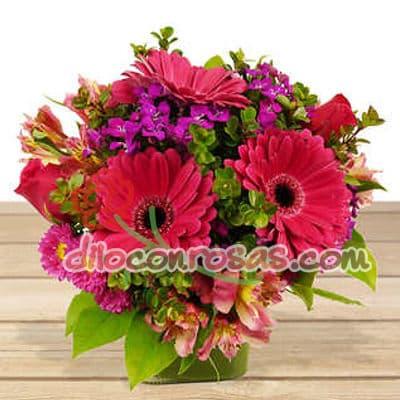 Diloconrosas.com - Lindo arreglo en base de ceramica con flores de estacion. El presente incluye una tarjeta de dedicatoria. - Atendemos 24 horas. Llamar al 225-5120 o via Whatsapp: 980-660044