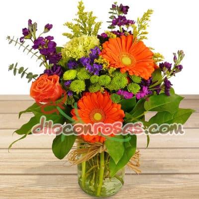 Diloconrosas.com - Lindo arreglo en florero de vidreio con flores de estacion. El presente incluye una tarjeta de dedicatoria. - Atendemos 24 horas. Llamar al 225-5120 o via Whatsapp: 980-660044